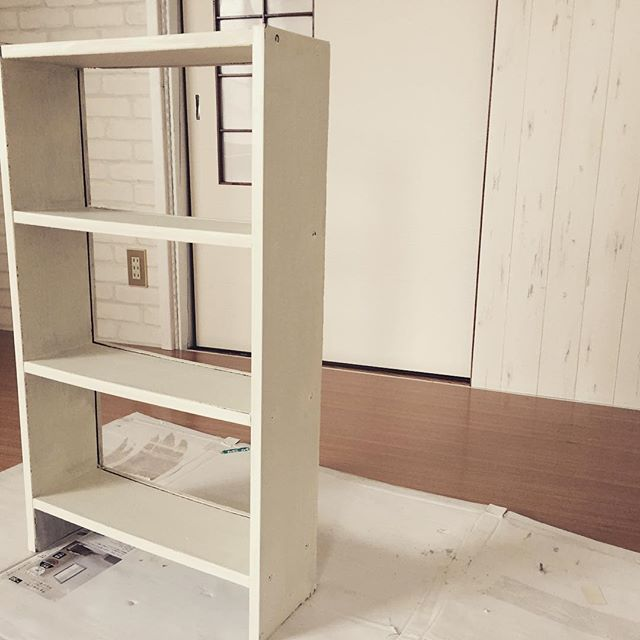 早朝出勤。実家キッチンで、何十年も使われてたぼろぼろの棚。捨てるというので、側面ぶち抜いて、ペンキ塗り完了。さて、打ち合わせに。