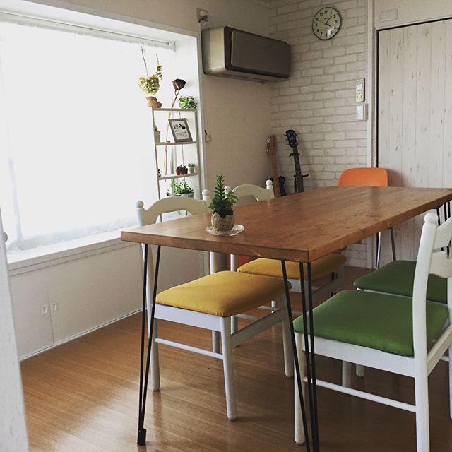 本日、ようやく打ち合わせスペースの椅子が完成。昭和のダイニングチェアに、ペンキを塗り、座面を外して、張り替えました! #diy #diy女子 #椅子 #座面張り替え