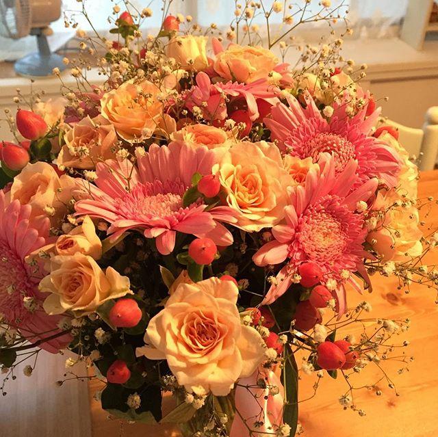 新郎が挙式入場の際、出席者の方々から受け取った小さな花束をひとつにまとめて、ブーケに。それを新婦に手渡すという人前式でした。写真はそのブーケと元の花束のひとつ。ハネムーン中なので、事務所で預り中。あと仲良し姉妹の娘たち。