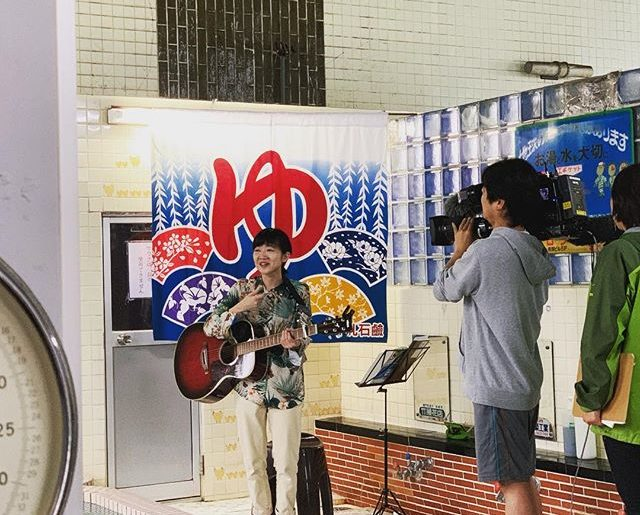 バンドの音源が気になって、超近所の銭湯ライブをちょこっと覗いたら、報道陣多し。