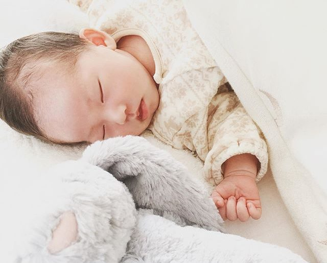 泣いてばかりでママを困らせることが増えてきたゆずちゃん、寝顔は最高の癒し。23日目。