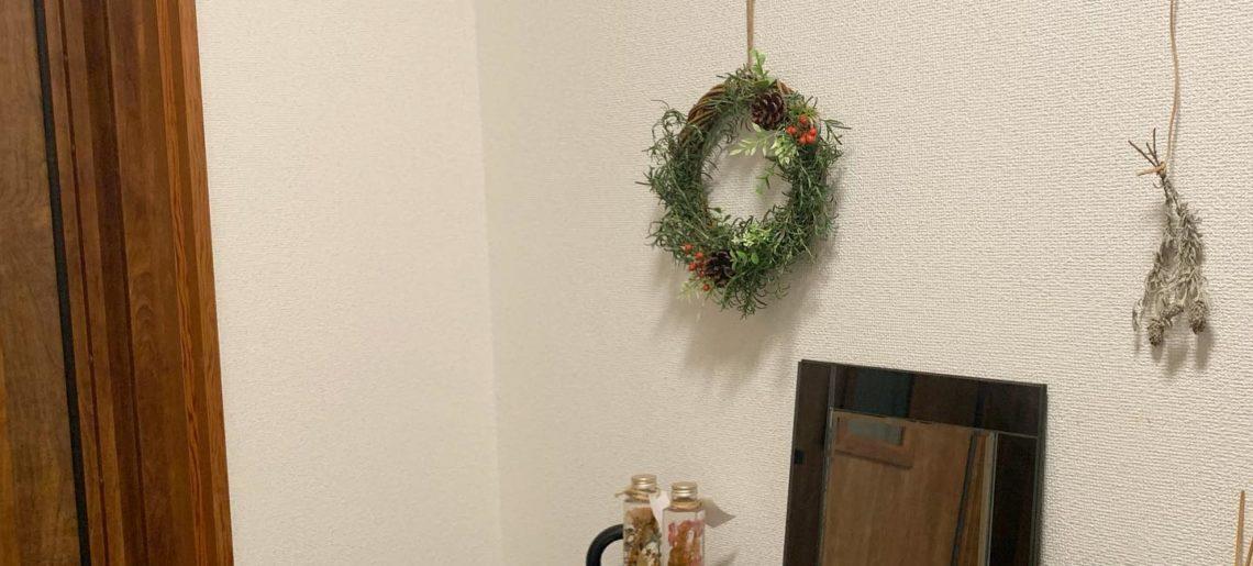 作ったリースを玄関ドアに飾りたいけど、まだアプローチ工事中なので、とりあえず中に飾る。天然ハーブの香り。
