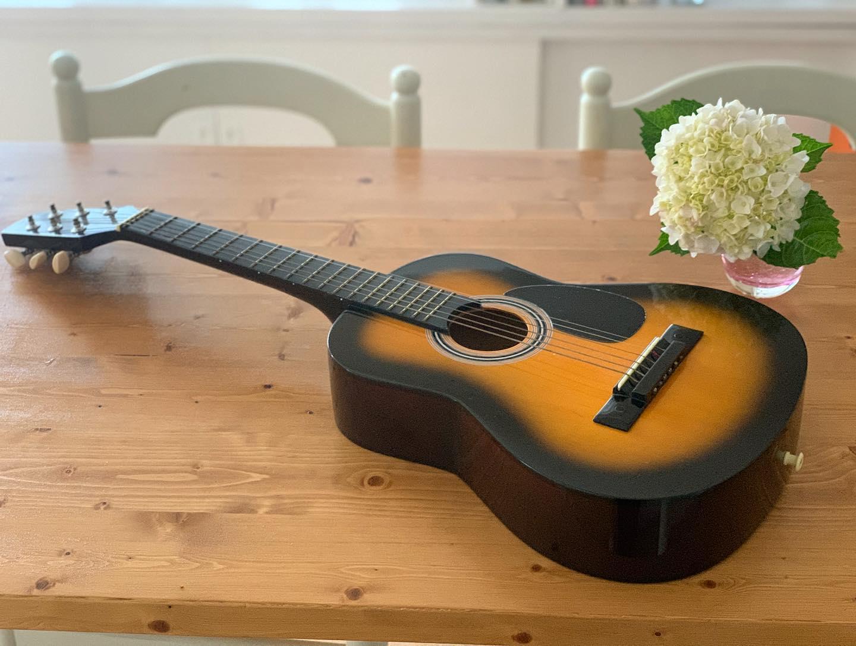 01ミニギター Sepia Crue W50TS(ギターを始めたきっかけになったもの)物置を片付けてたら懐かしいミニギターが出てきた。10年ほど前、兄が娘たちに「いらない?」とくれたもの。娘たちはあまり興味を示さず、なぜか私がビビビときて、鳴らしてみたら不思議なワクワク感が。