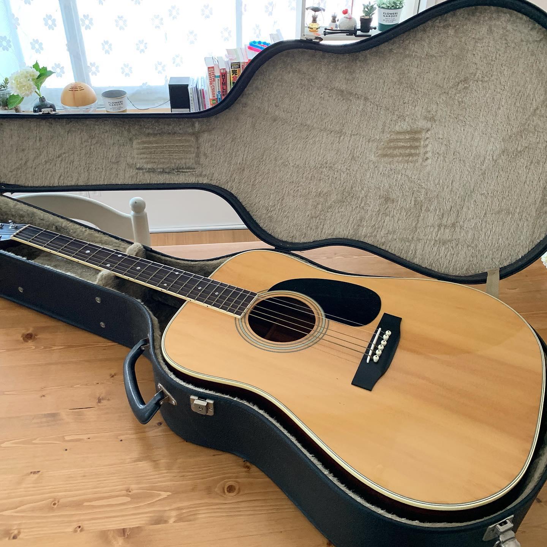02大きなアコースティックギター Aria IW301 さっそくレッスンに通おうとしたらミニギターはダメらしく断念しかけたところ、物置になんかあったような気がして古いギターを発見。夫が中学の時買ってもらったそうだが、弾かなかったみたい。これでレッスンに通えるようになったが、1か月でバネ指に。