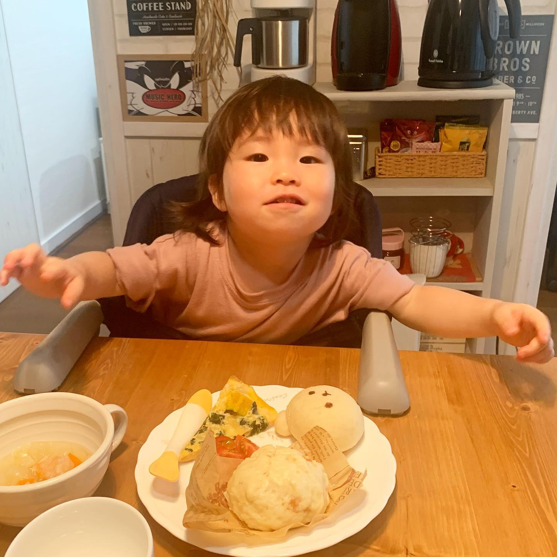 本日、ゆずちゃん出勤日、ランチタイムはわちゃわちゃですママの手作りパンいろいろ美味しそう、ポリスのお耳から食べました