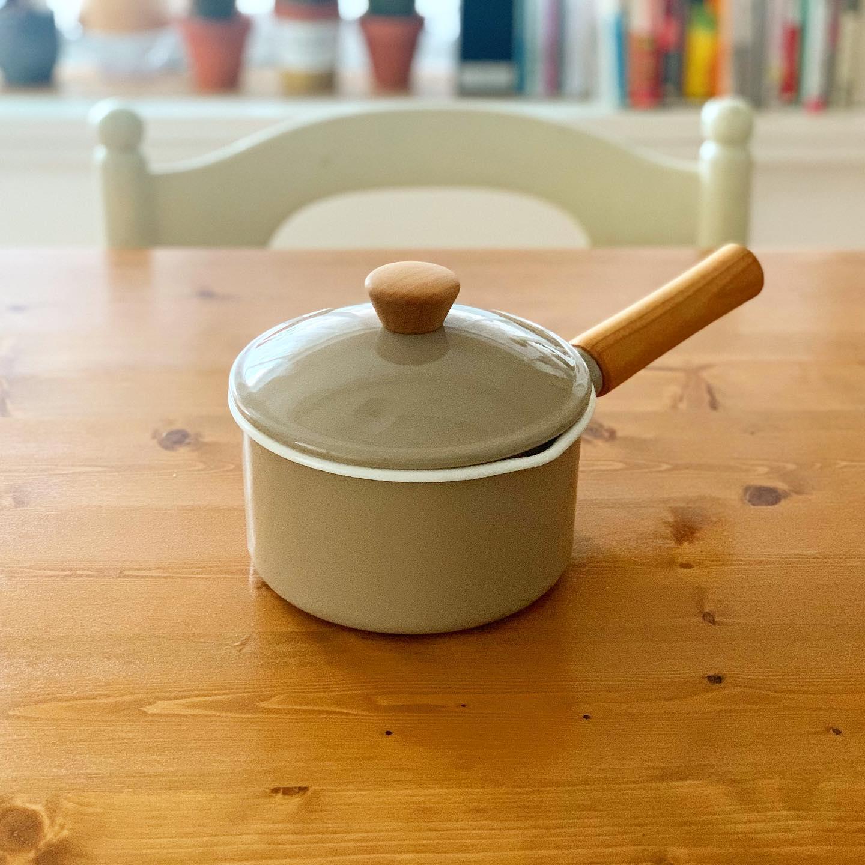 新しいおともだち。長年使った片手鍋が壊れたので、小ぶりなこの子を選びました。家族が少なくなった今、毎日のお味噌汁づくりにちょうどいいサイズ感、琺瑯と天然木の組み合わせ、可愛い#野田琺瑯  #クルールソースパン