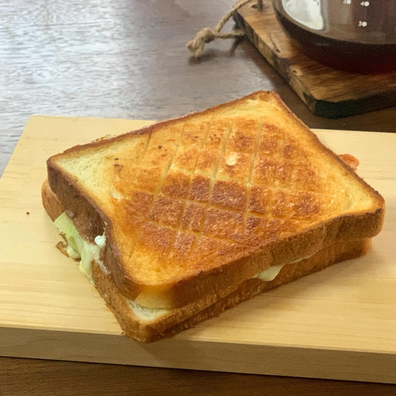 久しぶりなホットサンド。ベーコン、レタス、チーズ、玉子入り。ホットサンドメーカー面倒くさいので、ひとつのフライパンで、ベーコン焼いてからパンも焼く。調味料はブラックペッパー、焼くときのバターのみ。中身も切り方もかなり雑だなぁ。